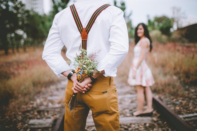 Mies treffeillä naisen kanssa